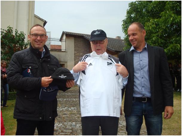 2015-06-21-fc-hopferstadt-gratuliert-pfarrer-zeitz-zum-geburtstag