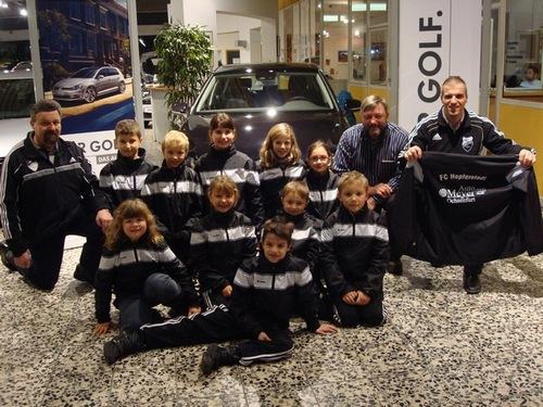 Neue Regenjacken für die FCH-Junioren vom Autohaus Meyer in Ochsenfurt
